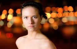 Portret van meisje tegen nachtstad Stock Foto