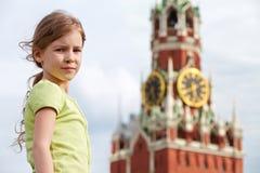 Portret van meisje tegen Spassky-toren stock afbeelding