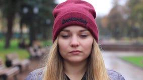 Portret van meisjes dichte omhooggaand in de regen in het de herfstseizoen stock footage
