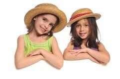 Portret van meisjes die een teken houden stock afbeeldingen