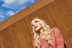 Portret van meisjes op een roestige staalmuur Royalty-vrije Stock Afbeelding