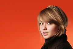 Portret van meisjesprinses op rood royalty-vrije stock fotografie