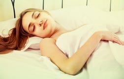 Portret van meisjesslaap in bed stock afbeeldingen