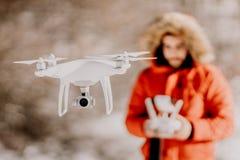 Portret van mens het navigeren hommel over heuvels en bos - videografie en luchtfotografieconcept stock afbeeldingen