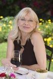 Portret van Midden Oude Vrouw met Rode Wijn in openlucht royalty-vrije stock foto