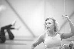 Portret van middenleeftijdsvrouw het uitwerken in de gymnastiek royalty-vrije stock foto
