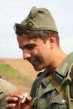 Portret van militair aangaande - enactor in Duitse eenvormige Wereldoorlog II Duitse militair Stock Foto