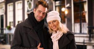 Portret van millennial paar die bij camera in openlucht glimlachen Stock Foto's