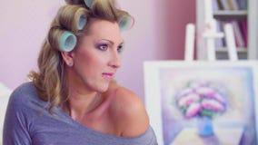 Portret van model met krulspelden die in een ruimte stellen stock video