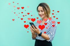 Portret van moderne aantrekkelijke midden oude modieuze vrouw die mobiele smartphone houden en met toothy glimlach kijken Valenti stock fotografie