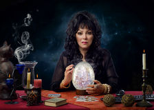 Portret van moderne kristal glazer zitting bij het bureau Stock Afbeelding