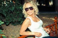 Portret van modieus blondemeisje stock foto