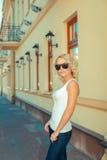 Portret van modieus blondemeisje royalty-vrije stock afbeeldingen