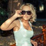 Portret van modieus blondemeisje stock afbeelding