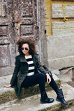 Portret van modieus donkerbruin meisje die zonnebril dragen openlucht Stock Afbeelding