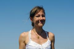 Portret van modieus gelukkig meisje met blauwe achtergrond Stock Foto