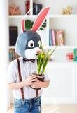 Portret van modieus veelhoekig Pasen-konijn met de verse lente ingemaakte bloemen, veelhoekig masker royalty-vrije stock afbeeldingen