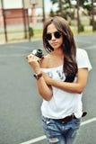 Portret van modieuze jonge donkerbruine vrouw in vrijetijdskleding met Stock Foto