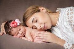 Portret van moeder die haar pasgeboren babymeisje koesteren royalty-vrije stock fotografie