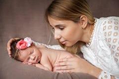 Portret van moeder die haar pasgeboren babymeisje koesteren royalty-vrije stock foto's
