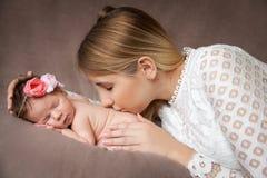 Portret van moeder die haar pasgeboren babymeisje koesteren royalty-vrije stock afbeeldingen