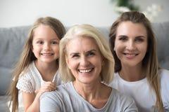 Portret van moeder, dochter en grootmoeder die familiepictu maken stock afbeeldingen