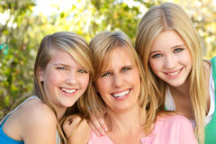 Portret van moeder en dochter het koesteren Stock Foto