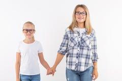 Portret van moeder en dochter met oogglazen op witte achtergrond royalty-vrije stock afbeelding
