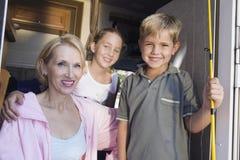 Portret van moeder en kinderen in kampeerautobestelwagen stock afbeelding
