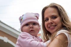 Portret van moeder en leuke baby Stock Afbeeldingen
