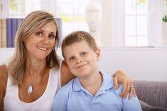 Portret van moeder en zoons het glimlachen royalty-vrije stock afbeelding
