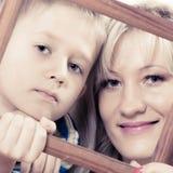 Portret van moeder en zoons het kader van de holdingsfoto Royalty-vrije Stock Afbeelding