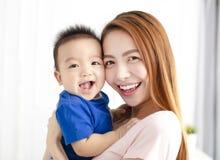 Portret van Moeder met gelukkige zoon stock foto