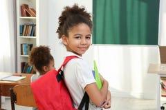 Portret van mooi Afrikaans elementair schoolmeisje royalty-vrije stock fotografie