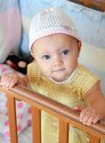 Portret van mooi babymeisje in bed Stock Fotografie