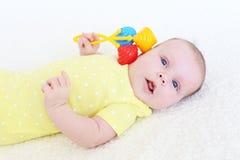 Portret van mooi babymeisje met rammelaar Stock Fotografie