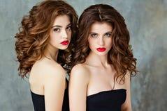 Portret van mooi, betoverend, sensueel brunette twee met gorg royalty-vrije stock afbeeldingen
