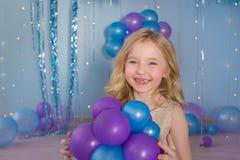 Portret van Mooi blondemeisje met ballons in handen Royalty-vrije Stock Afbeeldingen