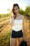 Portret van mooi brunette wat betreft haar stromend haar met schilderachtig aardlandschap stock foto