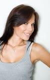 Portret van mooi geschikt jong donkerbruin meisje. Royalty-vrije Stock Afbeelding