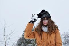 Portret van mooi glimlachend meisje in de winter stock afbeelding