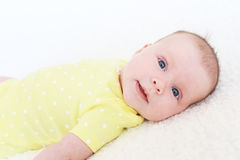 Portret van mooi glimlachend 2 van het babymaanden meisje in gele bodysuit Stock Foto's