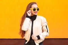 Portret van mooi hipstermeisje in zonnebril op oranje achtergrond Perfecte de zomersamenstelling en stijl royalty-vrije stock fotografie