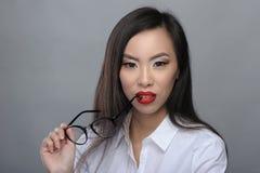 Portret van mooi jong Aziatisch meisje met glazen stock foto