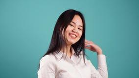 Portret van mooi jong Aziatisch meisje met lang zwart haar Langzame Motie stock footage