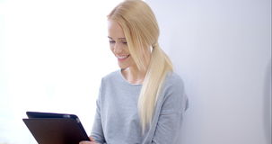Portret van mooi jong blond meisje stock videobeelden