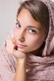 Portret van mooi jong donkerbruin meisje. Stock Afbeeldingen