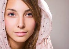 Portret van mooi jong donkerbruin meisje. Royalty-vrije Stock Foto