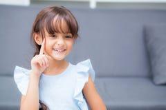 Portret van mooi jong geitje, vrolijk kindgebaar, meisje met uitdrukkingsgeluk Royalty-vrije Stock Foto