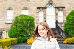 Portret van mooi jong meisje in het parktuin van de herfstpollok Royalty-vrije Stock Foto's